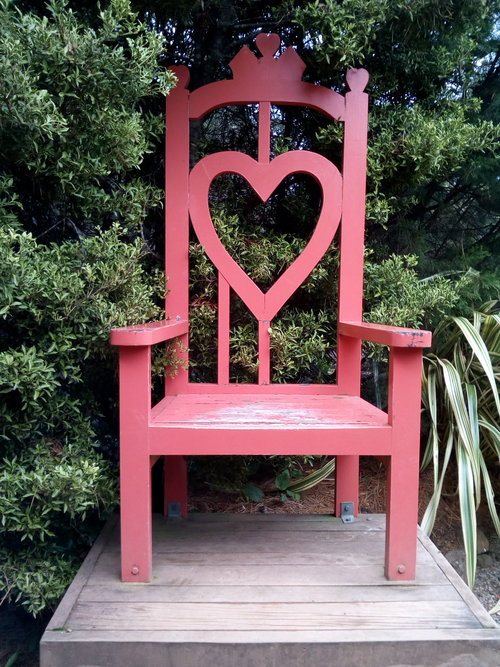 rsz_queen_of_hearts_throne