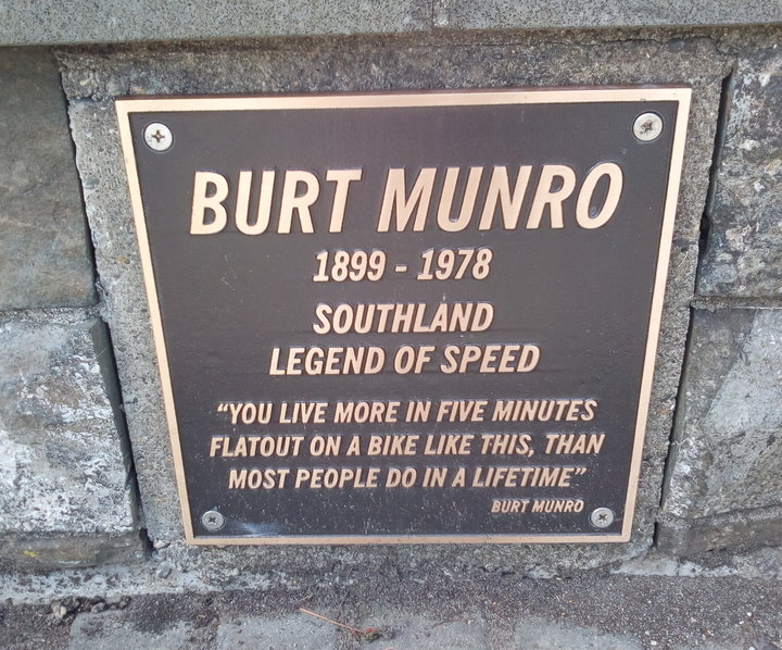 rsz_Munro_statue_02