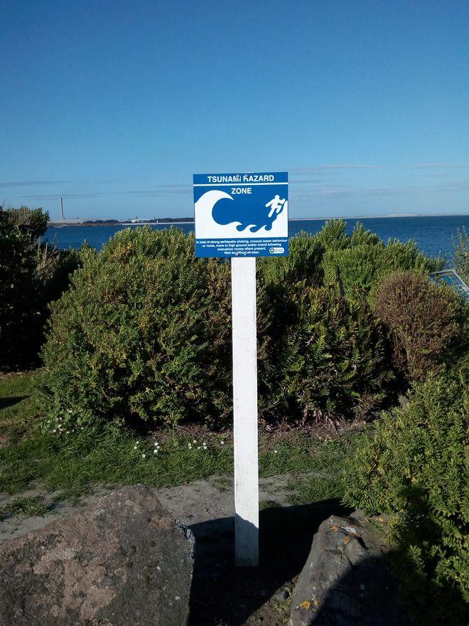 bluff_tsunami_sign_02